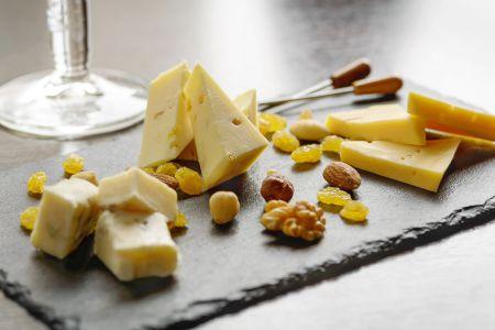 Anti pasti plateau met diverse soorten kaas en noten.